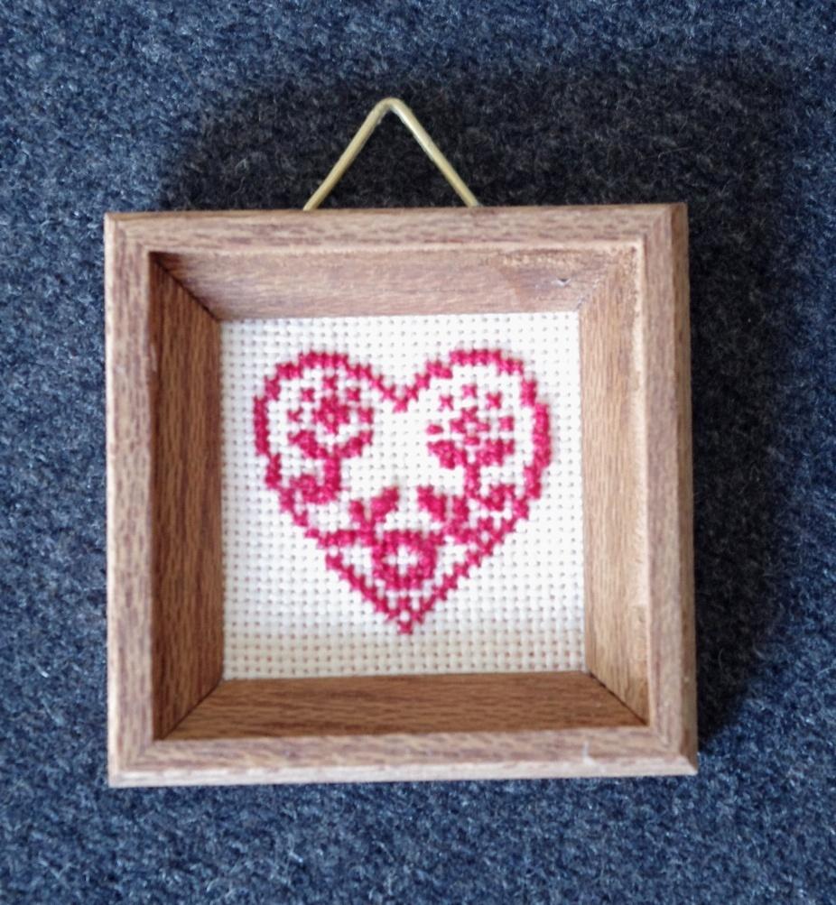 gesticktes rotes Herz im Holzrahmen - swisttaler-puppenstuebchen